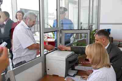 Чтобы поставить старую машину на учет, нужно сдать все документы в окошко отделения ГИБДД и сдать авто на техосмотр