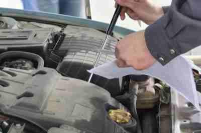 Техосмотр при постановке старого автомобиля на учет будет строже, поэтому важно заранее подлатать машину