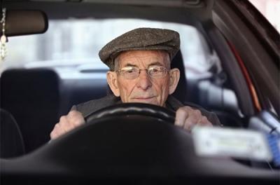 Дают ли автокредит пенсионерам и как его получить?