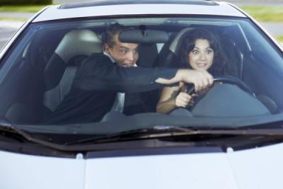 Если инструктор подсказывает водителю во время экзамена на получение водительского удостоверения, водитель права не получит
