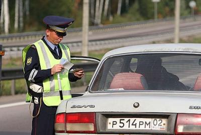 Инспектор ДПС обязан аккуратно обращаться с документами водителя и не имеет права что-либо в них записывать