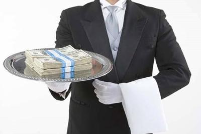Страховая компания выдает деньги КАСКО компании, занимающейся ремонтом, или на счет банка для  погашения автокредита