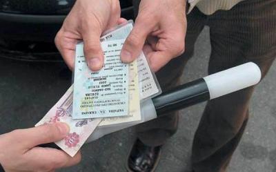У инспектора ДПС есть право проверить документы водителя