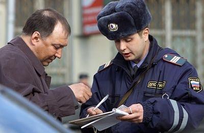 Чтобы обжаловать штраф за проезд под кирпич, нужно потреботвать инспектора включить в протокол всю информацию о неправильном расположении знака