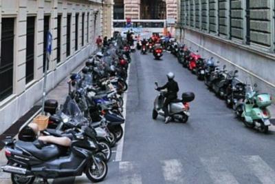 Мотоциклы определенных габаритов разрешается парковать на тротуаре, если они не мешают движению пешеходов