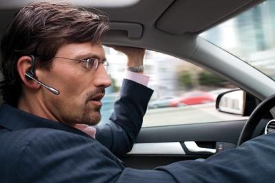 Разговаривать по телефону через гарнитуру за рулем разрешено