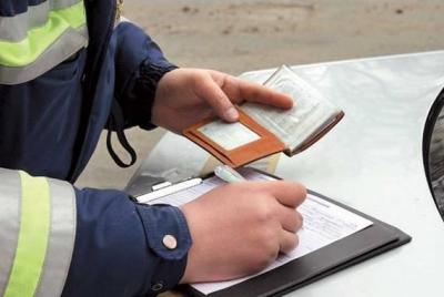 Сотрудник ГИБДД выписывает штраф на месте нарушения, который можно оплатить сразу же