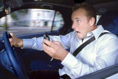 Телефон отвлекает водителя, что вызывает опасную ситуацию на дороге