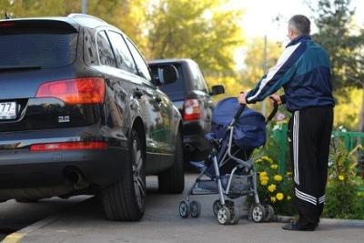 Тротуар - место для пешеходов, поэтому даже при вынужденной парковке или движении по тротуару важно следить за удобством передвижения людей