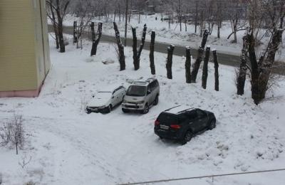 В некоторых регионах за стоянку автомобиля на газоне зимой тоже предусмотрен штраф