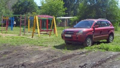 За парковку на детской площадке или в зеленой зоне водителю выпишут штраф до 3000 рублей